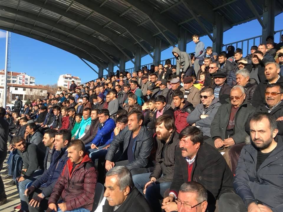 Çorum 1. Amatör Ligi'nde şampiyonluk mücadelesi veren Sungurlu Belediyespor ile Osmancık Belediyespor Sungurlu'da karşı karşıya geldi. Oldukça çekişmeli geçen karşılaşmada Osmancık Belediyespor 1. Dakkada Mahir'in golüyle 1-0 öne geçti. Maça ağırlığını koyan Sungurlu Belediyespor 23. Dakikada Taha'nın penaltı golüyle eşitliği sağladı ve ilk yarı 1-1 sona erdi. | Sungurlu Haber