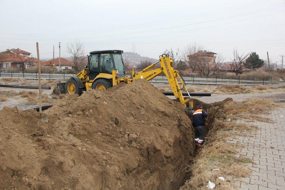 Sungurlu Belediyesi Fen İşleri Müdürlüğü bugün Akçakent Mahallesi Şehit Ertuğrul Kocaer Caddesi'nde kanalizasyon çalışması başlattı.. | Sungurlu Haber