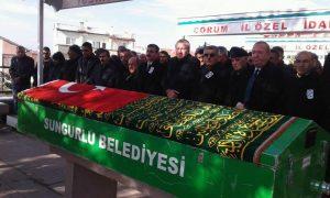 <p>Sungurlu'da hasta nakil ambulansının TIR ile yaptığı kazada hayatını kaybeden Sungurlu Devlet Hastanesi'nde görevli sağlık memuru Mehmet Akif Akbaş son yolculuğuna uğurlandı. Akbaş'ın cenazesi, Sungurlu Ulu Cami'inde öğle namazına müteakip kılınan cenaze namazı sonrası sevenlerin omuzlarında, ambulans siren sesleriyle Karşıyaka Mezarlığı'na defnedildi. Sungurlu Müftüsü İbrahim Köksal'ın kıldırdığı cenaze namazına Çorum Vali yardımcısı Azmi Yeşil, Sungurlu Kaymakamı Mitat Gözen, Sungurlu Belediye Başkanı Abdulkadir Şahiner, Ak Parti İl Başkanı Mehmet Karadağ, Ak Parti İlçe Başkanı İlyas Özkan ve çok sayıda vatandaş katıldı.</p>   Sungurlu Haber