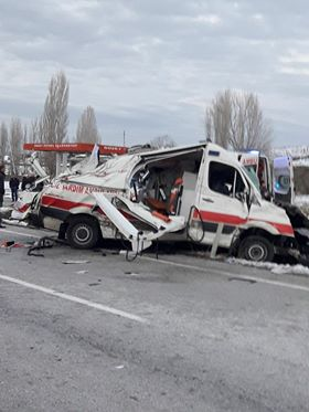 Sungurlu'dan hasta nakli yapan ambulansın bir tıra ardından kamyona çarptığı kazada 1 kişi hayatını kaybetti, 3 kişi yaralandı. | Sungurlu Haber