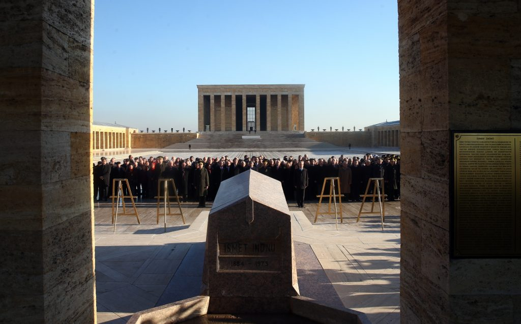<p>Uslu, TBMM Başkanı Adına 2. Cumhurbaşkanı İsmet İnönü'yü Anma Programına Katıldı. İkinci Cumhurbaşkanı İsmet İnönü, vefatının 44. yılında Anıtkabir'deki mezarı başında törenle anıldı.</p> <p>Törene, İnönü'nün kızı Özlem Toker ve bazı aile fertlerinin yanı sıra CHP Genel Başkanı Kemal Kılıçdaroğlu, Cumhurbaşkanlığı adına Genel Sekreter Yardımcısı Nadir Alpaslan, TBMM Başkanlığı adına Çorum Milletvekili ve TBMM İdare Amiri Salim Uslu, Başbakanlık adına Gümrük ve Ticaret Bakanı Bülent Tüfenkci, Genelkurmay İkinci Başkanı Orgeneral Ümit Dündar ve askeri erkan ile vatandaşlar katıldı. Törende, Cumhurbaşkanlığı Genel Sekreter Yardımcısı Alpaslan tarafından Gazi Mustafa Kemal Atatürk'ün kabrine çelenk koyulmasının ardından saygı duruşunda bulunuldu. Heyet, daha sonra İnönü'nün kabrinin bulunduğu alana geçti. İnönü'nün özgeçmişinin okunmasının ardından Alpaslan Cumhurbaşkanlığı, Tüfenkçi Başbakanlık, Kılıçdaroğlu CHP, Dündar Türk Silahlı Kuvvetleri (TSK) ve İnönü'nün kızı Toker de ailesi adına kabre çelenk koydu. Saygı duruşunda bulunulması sonrasında Uslu, İnönü ailesine taziyelerini iletti.</p> | Sungurlu Haber