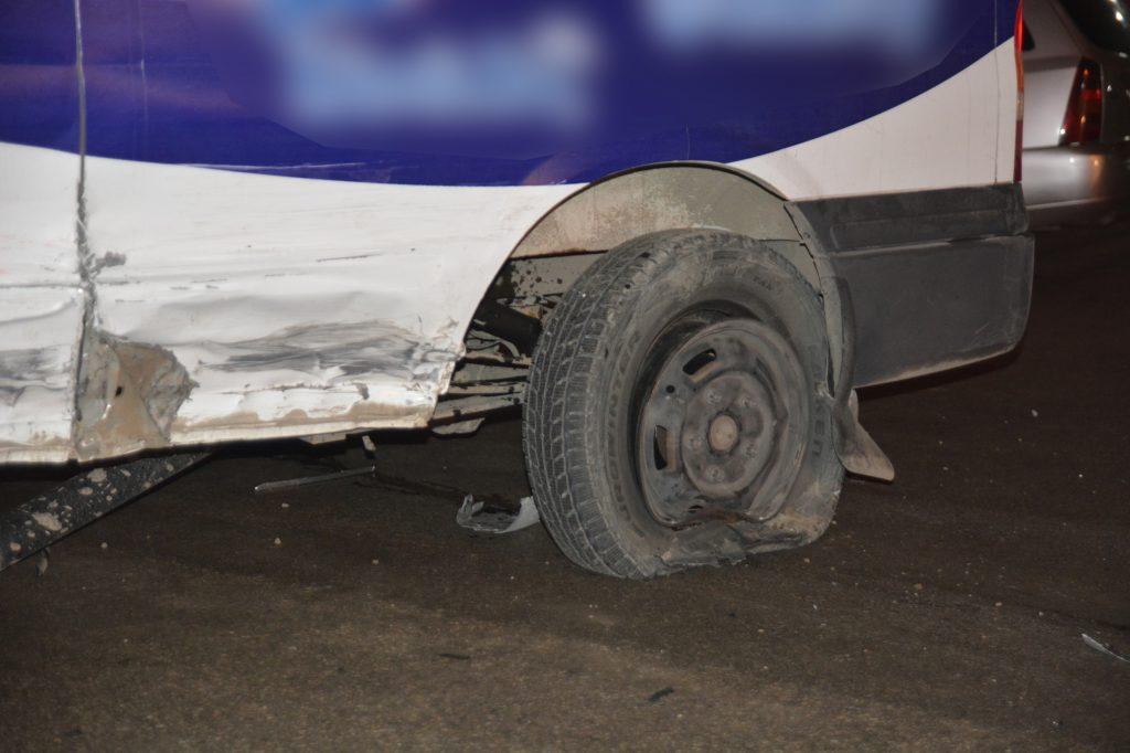 Edinilen bilgiye göre, gece saat 12:30 civarında Hitit Üniversitesi Meslek Yüksek Okulu önünde meydana gelen trafik kazasında,Alparslan Türkeş Caddesi'nden şehir merkezine doğru gitmekte olan 19 EB 523 plakalı araç, kaygan yolda sürücüsünün direksiyon hakimiyetini kaybetmesi sonucunda kontrolden çıktı. Kontrolden çıkan araç öncesinde karşı yönden gelen servis aracına daha sonrasında ise park halinde olan Sungurlu Belediyesi'ne ait bir araca çarparak durdu. | Sungurlu Haber