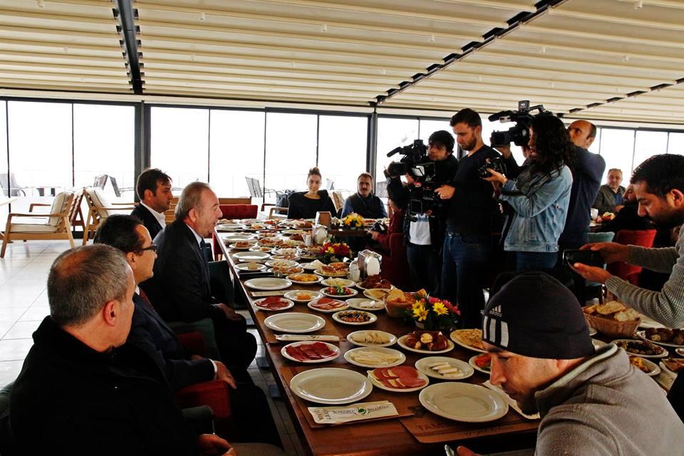 """<p>Sungurlu Belediye Başkanı Abdulkadir Şahiner, gazetecilerle kahvaltıda buluştu. Bu zaman kadar yaptıkları ve yapacakları çalışmalar hakkında bilgi veren Başkan Şahiner, Sungurlu'yu yaşanabilir bir ilçe yapmak için çalıştıklarını kaydetti. Mesire Kafe'de Başkan yardımcılarıyla birlikte gazetecilerle kahvaltıda buluşan Başkan Şahiner icraatlarını anlattı. 30 Mart seçimlerinden sonra Sungurlu Belediyesi olarak yapmış olduğumuz hizmetleri siz değerli basın mensuplarına anlatacağız diyerek sözlerine başlayan Başkan Şahiner, """"Belediyemizi aldığımız 2014 itibarı ile Belediyemiz o kadar borç ve sıkıntı içerisindeydi. Türkiye'de ilçe bazında en borçlu belediye Sungurlu Belediyesi'ydi. Ama bunlar bizi hiç bir zaman yıldırmadı"""" dedi.</p> <p>- Ulaşım sorununu ortadan kaldırdık Geçmişte alınan 50 tane sıfır aracın ödemesini Mayıs ayı itibariyle bu sıkıntıyı da bitirdik diyen Başkan Şahiner, """"İlçemizin acil sıkıntılarından bir tanesi ulaşım sıkıntısıydı. Belirli mahallelere ulaşım olmadığı gibi belirli yerlere siyaset yüzünden ulaşım olmuyordu. Belediye olarak 6 tane sıfır araba aldık. Manisa Belediyesi, Adana Belediyesi ve Mersin Belediyesinden 3'şer tane yeni araç aldık. İlçemizin 15 mahallesine de servislerimizi başlattık. Öncesinde bir mahalleden diğer mahalleye geçerken iki biletle geçiliyordu. Biz bunu tek bilete indirdik. Şehit aileleri ve 65 yaş üstüne de ücretsiz yaptık. Araçlarımızın da haziran ayı itibarıyla tüm borçlarını bitiriyoruz. Bu konuda iller bankası dahil diğer bankalardan da bir kuruş kredi kullanmadık. Kendi bünyemizden kendi çalışmasıyla ödendi"""" diye konuştu.</p> <p>- Kapalı Pazar alanını 10,5 milyon yerine 700 bin TL'ye yaptık Sungurlumuzun yıllardır bir kanayan yarası olan kapalı pazar yeri 2013 itibarıyla Sungurlu'da 10,5 trilyon ile ihalesi yapılmıştı. 2 trilyona yakın ise para harcanmıştı diyen Başkan Şahiner, """"Yanlış yer tespitinden dolayı atıl durumda duruyordu. 10,5 trilyona yapılamayan kapalı pazar yerini biz cumartesi pazarı denilen yere 700 b"""