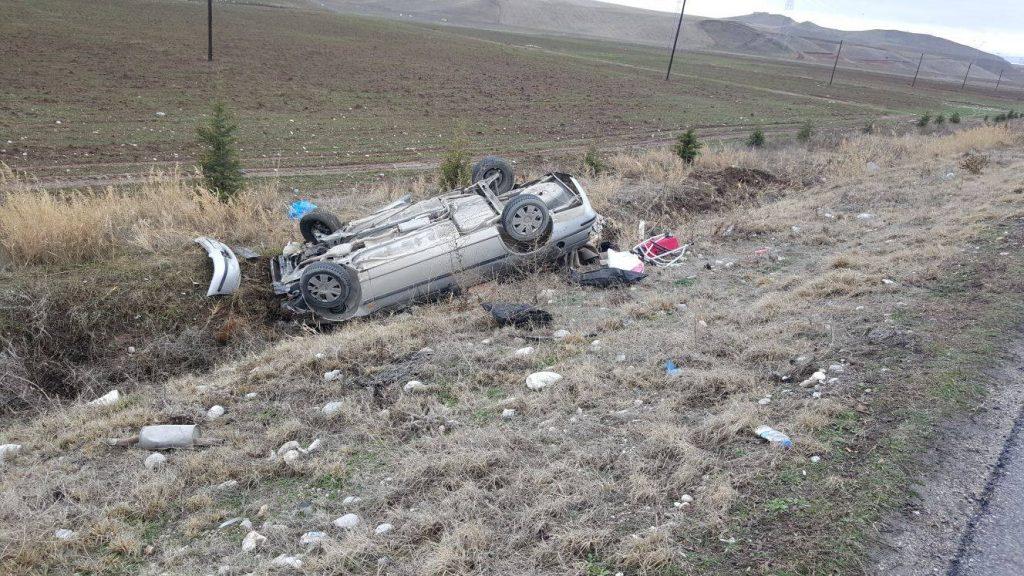 Meydana gelen trafik kazasında 2 kişi yaralandı. Edinilen bilgilere göre kaza Sungurlu-Kırıkkale karayolunun 11. kilometresinde meydana geldi. Salim Onaylı yönetiminde ki 60 ZM 667 plakalı otomobil, sürücüsünün direksiyon hakimiyetini kaybetmesi sonucu takla atarak şarampole ters devrildi. Meydana gelen kazada otomobil sürücüsü ile otomobilde yolcu olarak bulunan Aliye Onaylı yaralandı. Yaralılar kaza yerine çağrılan ambulansla Sungurlu Devlet Hastanesi'ne kaldırılarak tedavi altına alındı. Kazayla ilgili soruşturma başlatıldı. | Sungurlu Haber