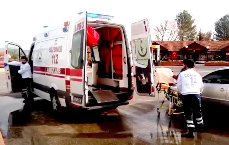 Sungurlu'da 3 aracın karıştığı trafik kazasında 4 kişi yaralandı. Edinilen bilgilere göre kaza Sungurlu-Çorum karayolu Mavi Ocak kavşağından meydana geldi. Sungurlu'dan Çorum istikametine seyir halinde olan Selami Çuhadar yönetimindeki 06 KA 2749 plakalı otomobil aynı istikamete giden Mevlüt Yağmur yönetimindeki 19 T 1119 plakalı taksiye, ardından da yine aynı istikamete giden Mesut Kılıç yönetimindeki 06 TZL 26 plakalı otomobile çarptı. Meydana gelen kazada otomobillerde yolcu olarak bulunan Orçun Çuhadar, Sultan Çuhadar, Sultan Hisarlı ve İbrahim Hisarlı yaralandı. Yaralılar kaza yerine çağrılan ambulansla Sungurlu Devlet Hastanesi'ne kaldırılarak tedavi altına alındı. Kazayla ilgili soruşturma sürüyor. | Sungurlu Haber