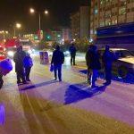 <p>Sungurlu'da meydana gelen kazada 1 kişi yaralandı. Edinilen bilgilere göre kaza Ankara-Samsun karayolu Taş Köprü kavşağında meydana geldi. Ankara'dan Sungurlu istikametine seyir halinde olan İ.T. yönetimindeki 19 SL 938 plakalı otomobil karşıdan karşıya geçen İsmail Gül'e çarptı. Meydana gelen kazada yaralanan yaya, kaza yerine çağrılan ambulansla Sungurlu Devlet Hastanesi'ne kaldırılarak tedavi altına alındı. Kazayla ilgili soruşturma başlatıldı.</p>   Sungurlu Haber