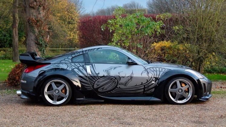 Hızlı ve Öfkeli serisinin en yaygın olarak bilinen ve zamanında çok dikkat çeken filmi şüphesiz Tokyo Drift olmuştur. Bu filmde aynı zamanda birçok özel tasarımlı araç da yer almıştı. Bu araçlardan birisi olan 2002 model Nissan 350Z, filmde Drift King takma adı ile bilinen Takashi tarafından kullanılıyordu. Kapalı bir otopark içerisinde drift yarışlarından tanıdığımız bu araç şimdi de İngiltere'de satışa çıktı. | Sungurlu Haber