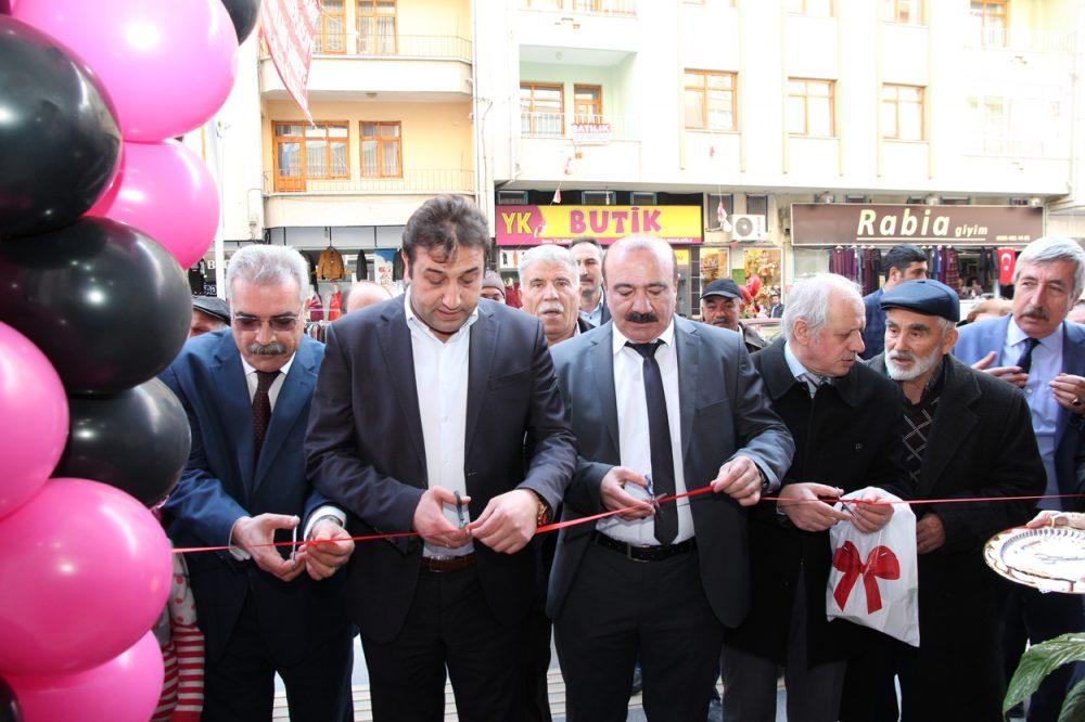 Sungurlu'da işletmeciliğini Selda Açıkgöz'ün yaptığı Ceylin Şal Eşarp dualarla açılışı yapıldı. | Sungurlu Haber