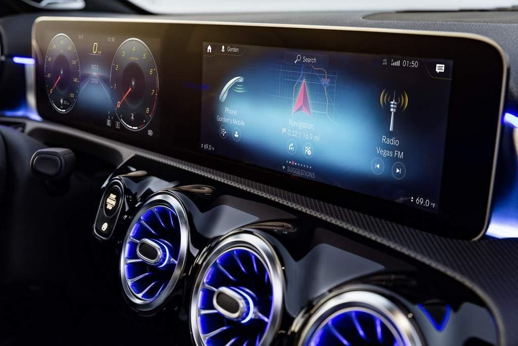 Yeni Mercedes A Serisikokpitiningeçtiğimiz haftalarda tanıtılmasından sonra çeşitli kamuflajsız fotoğrafları ve gizli sakı resmi fotoğrafları da kendini göstermişti. Şimdi ise araç Mercedes tarafından resmi olarak tanıtıldı. | Sungurlu Haber