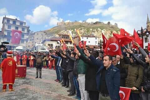 İskilip'te Afrin'e gönderilmek üzere pişirilen İskilip Dolması ve Leblebi paketlerini taşıyan konvoy İskiliplilerin katılımı ile Mehteran eşliğinde dualarla uğurlandı | Sungurlu Haber