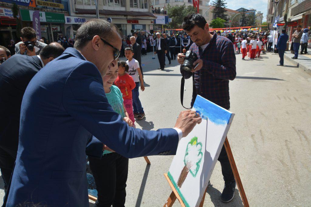 23 Nisan Ulusal Egemenlik ve Çocuk Bayramı Sungurlu'da çeşitli etkinlikler kutlanıyor... Kutlama programı Atatürk Anıtı'na çelenk sunulmasıyla başladı.   Sungurlu Haber