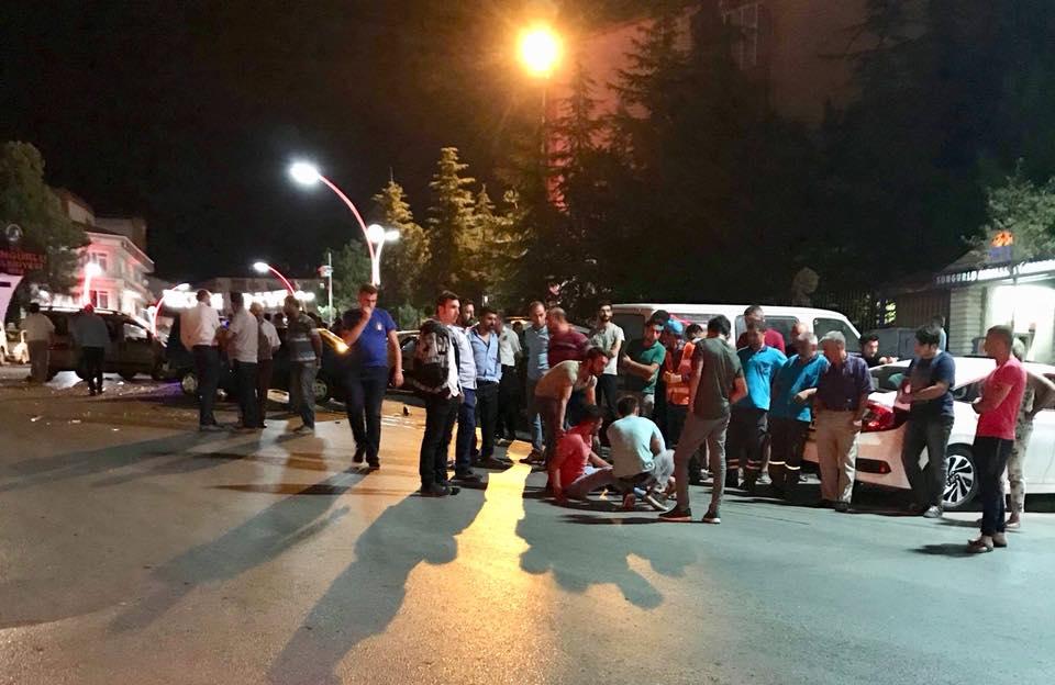 Edinilen bilgilere göre, Saat Kulesi önünde 19 BH 912 plakalı hafif ticari araç ile 06 RKN 95 plakalı otomobil kafa kafaya çarpıştı. Meydana gelen kazada yaralanan olmazken, araçlarda maddi hasar meydana geldi. | Sungurlu Haber