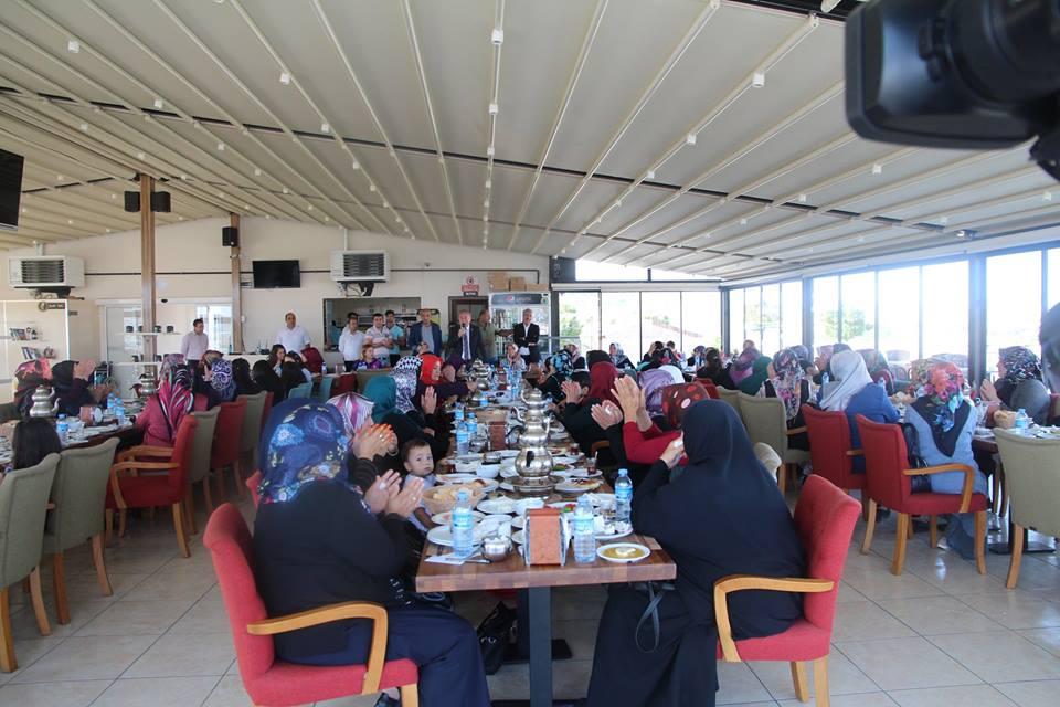 Başkan Şahiner, Akçay Mahallesi Emek Camii yakınlarında oturan mahalleli hanımlar ile mesire kafede kahvaltıda bir araya geldi.Kahvaltıda bayanlarla buluşan Sungurlu Belediye Başkanı Abdulkadir Şahiner, onların sorunlarını dinledi. | Sungurlu Haber