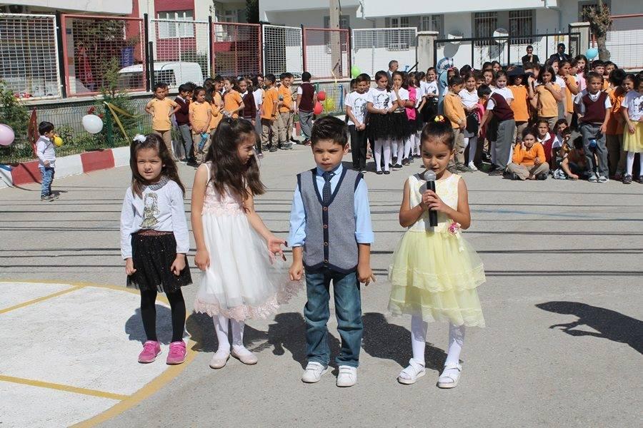 Atatürk Meydanında çelenk sunumuyla başlayan ''İlköğretim Haftası'' programı, Yavuz Selim İlkokulu bahçesinde düzenlenen törenle kutlandı. | Sungurlu Haber