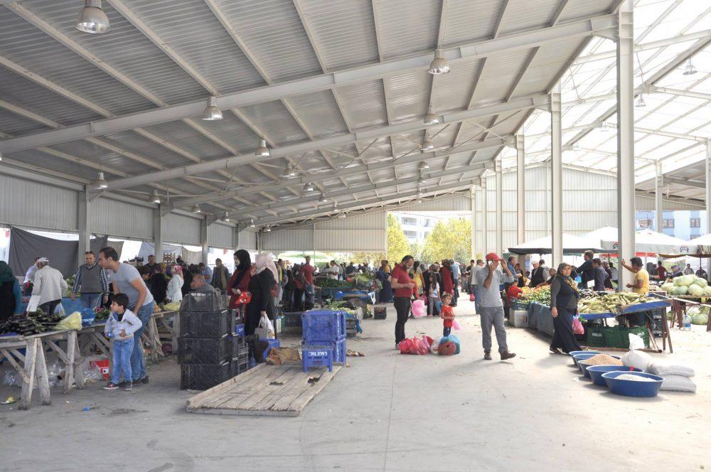 Sungurlu'da Cumartesi günleri kurulan semt pazarında meyve sebze fiyatları vatandaşın cebini yaktı.   Sungurlu Haber