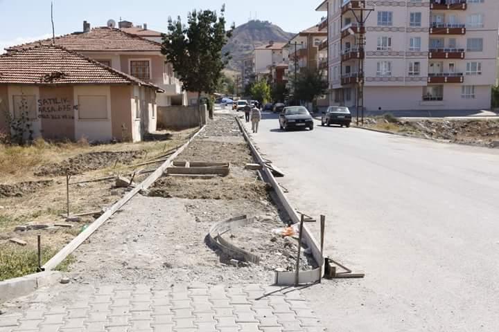 Sungurlu Belediyesi tarafından mahallelerde başlatılan kilit parke, bordür ve kaldırım yenileme çalışmaları aralıksız sürüyor. | Sungurlu Haber