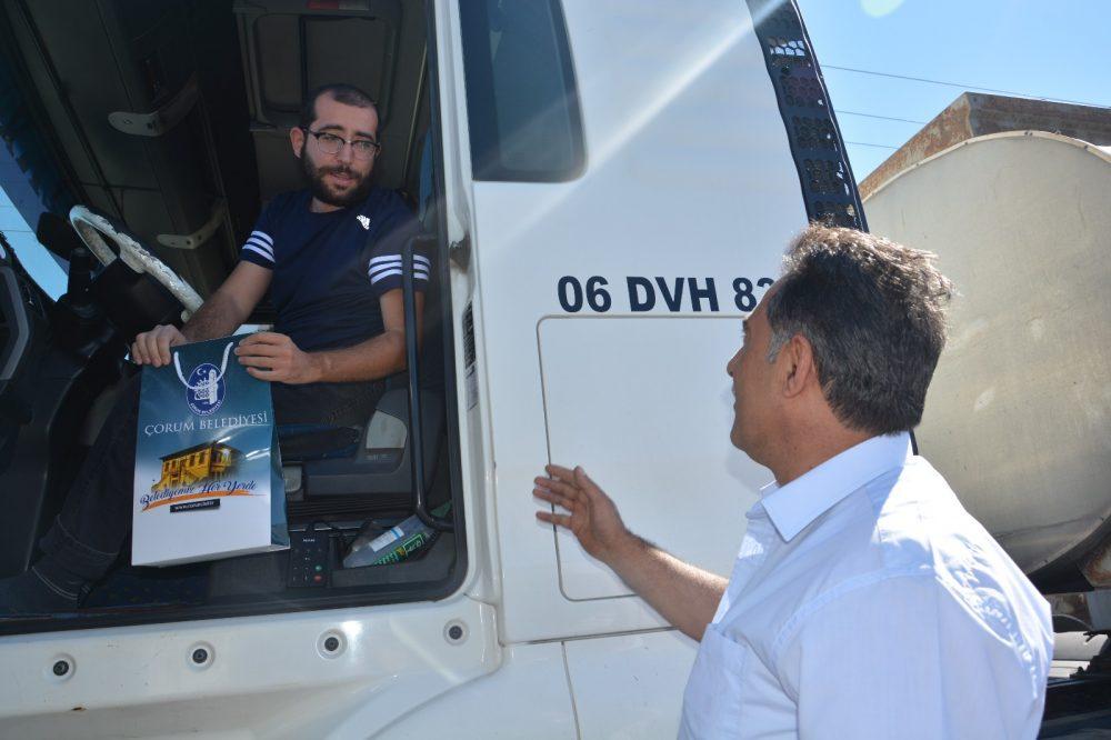 Sungurlu'da, Ahilik Haftası etkinlikleri kapsamında Esnaf Oda Başkanları sürücü ve yolculara leblebi ikramında bulundular. | Sungurlu Haber
