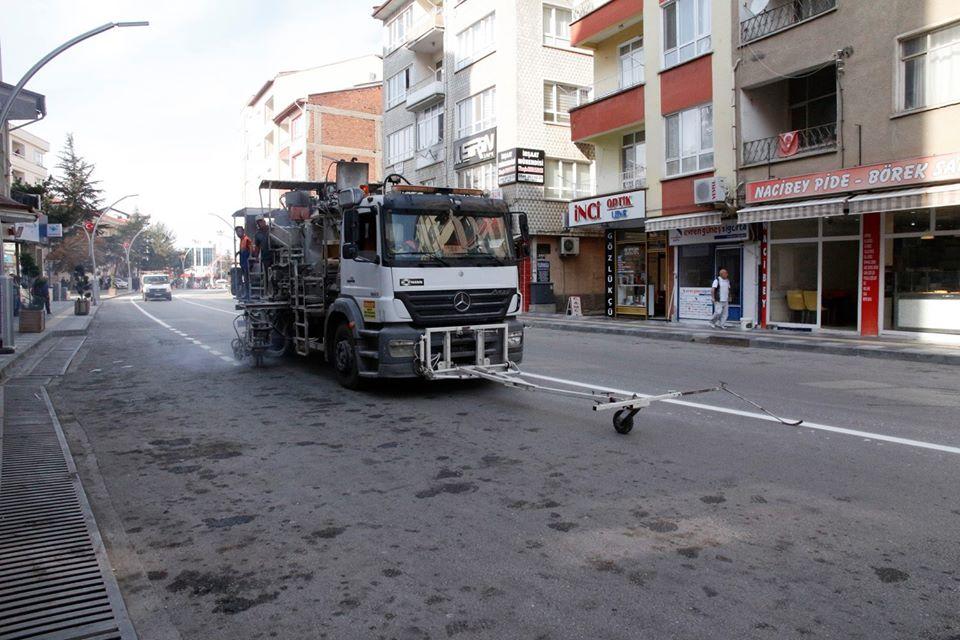 Sungurlu Belediyesi tarafından ana caddeler üzerinde sürücü ve yayaların güvenliği için yol çizgi çalışmaları yapılıyor. | Sungurlu Haber