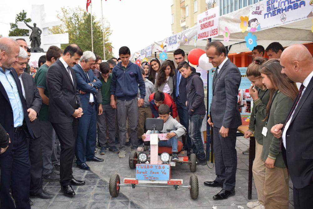 Sungurlu İlçe Milli Eğitim Müdürlüğü tarafından hazırlanan 'Eğitime Bilimle Merhaba' projesi kapsamında 23 okul tarafından hazırlanan 43 bilimsel proje sergilendi. | Sungurlu Haber