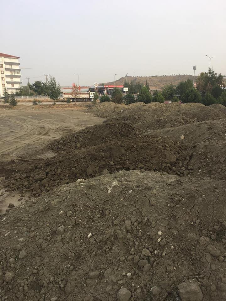 Sungurlu Belediyesi tarafından yapılan Kentpark'ın zemin için gerekli olan ve maliyeti 250 bin TL civarında olan hafriyatı Başkan Şahiner kendi arsasından bedelsiz karşılıyor. | Sungurlu Haber