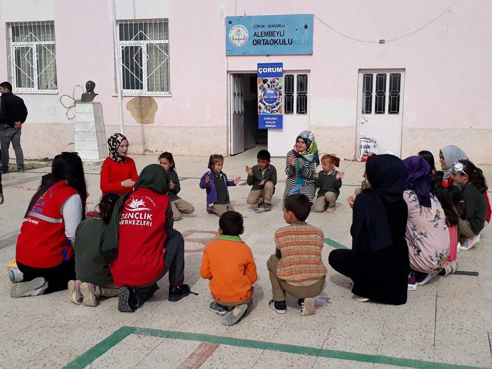 """Sungurlu Gençlik Merkezi """"Merkezim Her Yerde"""" diyerek gönüllü gençlerle birlikte Sungurlu'ya bağlı Alembeyli Köyü Okulunu ziyaret ettiler.   Sungurlu Haber"""