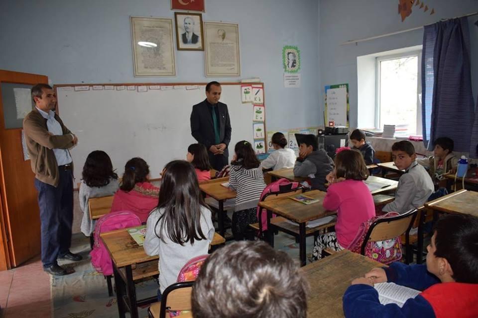 Milli Eğitim Müdürü Mustafa Eryiğit ve beraberinde İlçe Milli Eğitim Şube Müdürü Mustafa Kadir Şahinoğlu ile birlikte ilçe merkezine bağlı köy okullarını ziyaret etti. | Sungurlu Haber