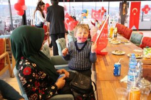 """Sungurlu Belediyesi ve Çorum HDF İş İnsanları Konseyi ve Kırlangıç Kimsesizler ve Engelliler Yardımlaşma Derneği'nin iş birliği ile hazırlanan """"Yetimleri Unutmuyoruz"""" projesi kapsamında Sungurlulu yetim çocuklara sürpriz doğum günü kutlaması yapıldı.   Sungurlu Haber"""