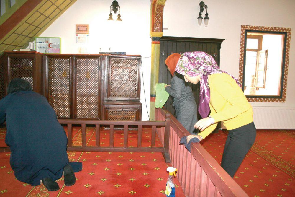 Hitit Üniversitesi Sungurlu MYO Sosyal Hizmet Bölümü kız öğrencileri sosyal sorunlar dersi kapsamında Sungurlu Ulu Cami'nde temizlik yaptılar. | Sungurlu Haber