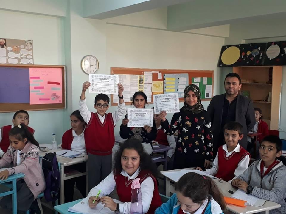 Sungurlu Okuyor Projesi kapsamında Okullarda Ekim ayında en çok kitap okuyan öğrenciler ödüllendirildi. | Sungurlu Haber