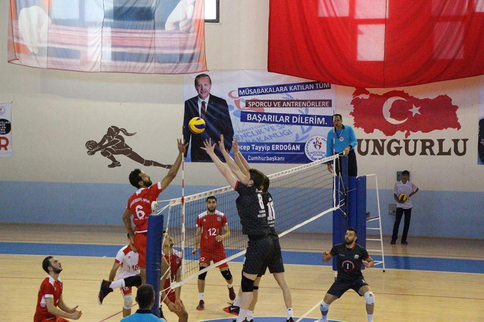 6 Maç : 1 Galibiyet, 5 Mağlubiyet - 4 Puan Türkiye 1. Voleybol Liginde mücadele eden Sungurlu Belediyespor kendi evinde ağırladığı Akkuş Belediyespor'a yenilerek ligdeki 5. mağlubiyetini aldı. | Sungurlu Haber