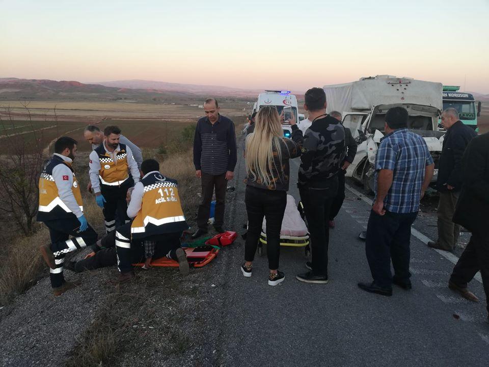 Kamyonet Kamyona Arkadan Çarptı : 2 Yaralı » Sungurlu Haber