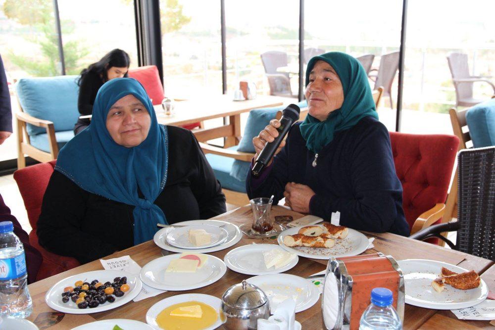 Sungurlu Belediye Başkanı Abdulkadir Şahiner Örnekevler Mahallesi'nin sorunlarını dinledi. Başkan Şahiner, Örnekevler Mahallesi'nde oturan bayanlar ile mesire kafede kahvaltıda bir araya geldi. | Sungurlu Haber