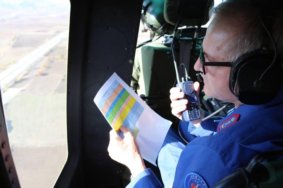 Trafik Güvenliği Stratejisi Eylem Planı kapsamında, Çorum İl Jandarma Komutanlığı sorumluluk sahasında helikopter destekli Trafik denetimi yapıldı. Denetimler sırasında Çorum-Çankırı D180-02 karayolu Eskialibey Köyü kavşağında içerisinde ailenin bulunduğu bir araç yolda kaldı. Helikoptere el sallayan aile yardım istedi. | Sungurlu Haber