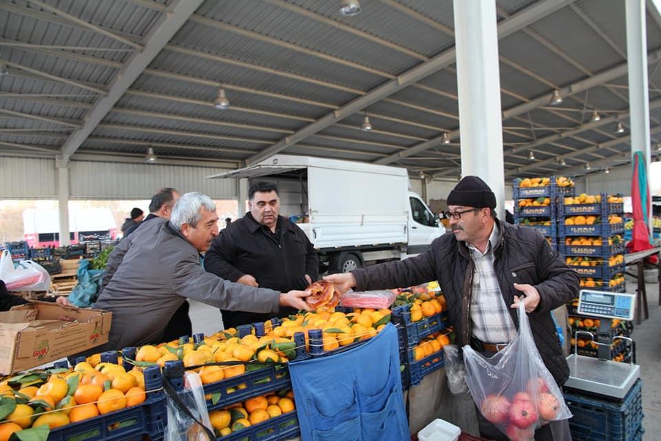 Sungurlu Belediyesi Başkan yarımcısı Ahmet Yılmaz ve birim müdürleri ilçede Cumartesi günü kurulan semt pazarını ziyaret ettiler. | Sungurlu Haber