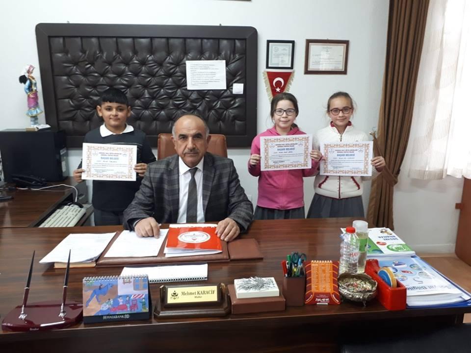 Sungurlu Okuyor Projesi kapsamında ilçe merkezi ve köylerde ki okullarda Kasım ayında en çok kitap okuyan öğrenciler ödüllendirildi. | Sungurlu Haber