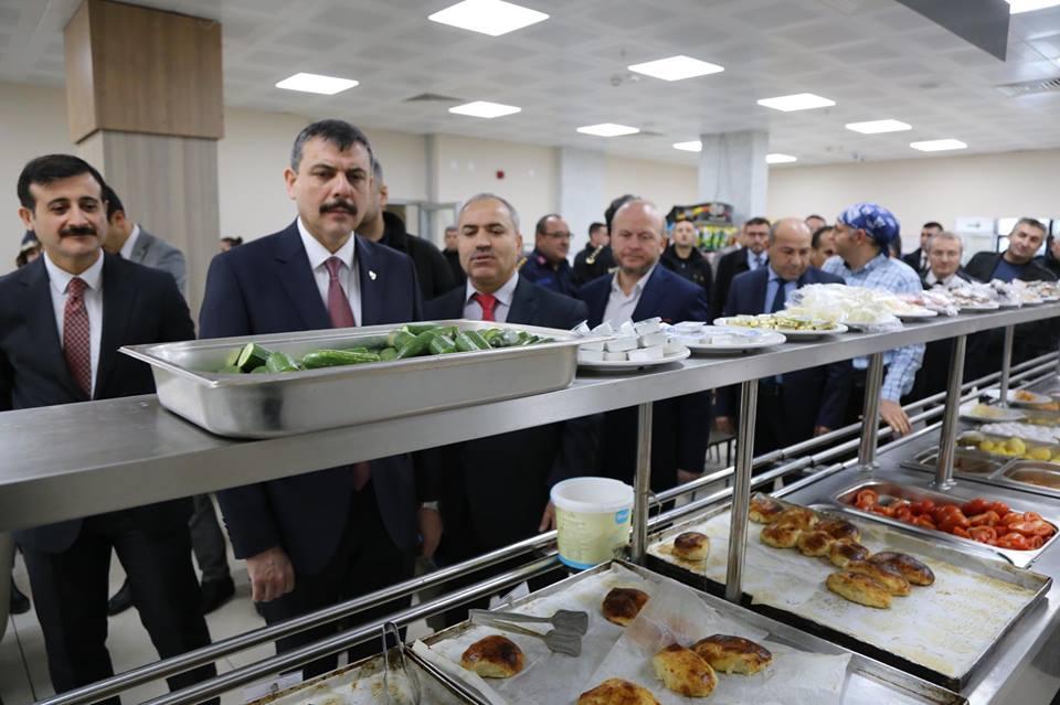 Çorum Valisi Mustafa Çiftçi, protokol üyeleriyle birlikte Kredi ve Yurtlar Kurumu (KYK) tarafından Sungurlu'ya yapılan yurt binasında ve Meslek Yüksek Okulu inşaatında incelemelerde bulundu. | Sungurlu Haber