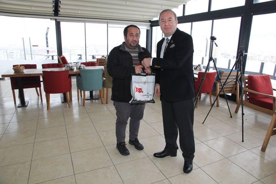 Sungurlu Belediye Başkanı Abdulkadir Şahiner, 10 Ocak Çalışan Gazeteciler Günü münasebetiyle Çorum ve ilçelerinde yayın yapan gazete, televizyon, internet televizyonu ve internet haber sitelerinin temsilcileriyle Mesire Kafede bir araya geldi. | Sungurlu Haber