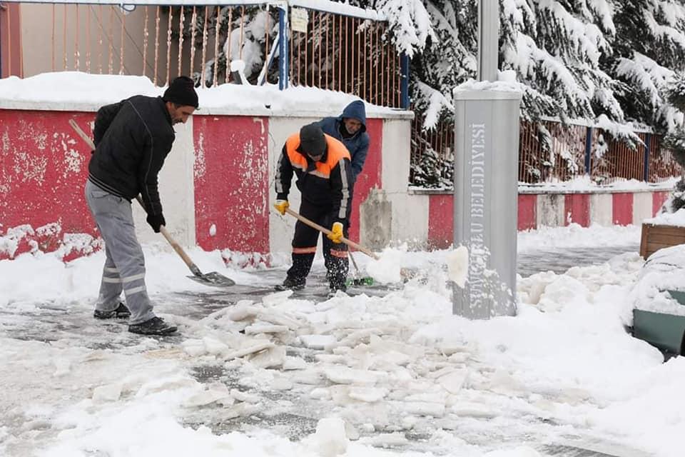 Sungurlu Belediyesi kar yağışından vatandaşların en az şekilde etkilenmesi için çalışmalar başlattı. Belediye personeli, düşerek yaralanmaların önüne geçmek ve vatandaşların rahat yürüyebilmeleri için başlattıkları çalışmalar kapsamında kaldırımlardaki buzları küreyerek temizliyor. Temizleme çalışmalarının ardından kaldırımların yeniden buzlanmaması için tuzlama çalışmaları da yapılıyor. | Sungurlu Haber