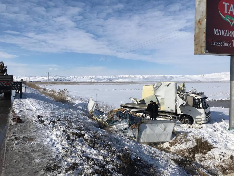 Sungurlu'da balık yüklü kamyon devrildi. Edinilen bilgilere göre kaza Sungurlu-Çorum karayolunun 16. kilometresinde meydana geldi. | Sungurlu Haber