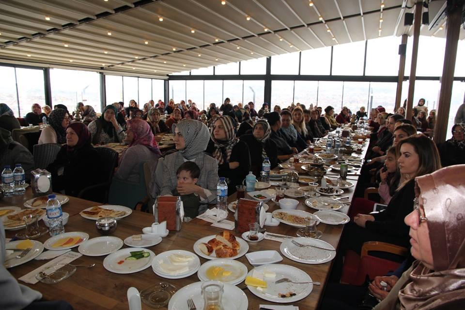 İYİ Parti Sungurlu Belediye Başkan Adayı Abdulkadir Şahiner, İYİ Parti Kadın Kolları İlçe Teşkilatı tarafından düzenlenen etkinlikte partili kadınlarla bir araya geldi. Mesire Kafede gerçekleşen kahvaltı programına Sungurlu Belediye Başkan Adayı Abdulkadir Şahiner'in yanı sıra 400'e yakın partili kadın katıldı. | Sungurlu Haber