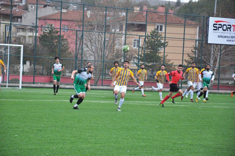 Bölgesel Amatör Lig'de temsilcimiz Sungurlu Belediyespor ligde kalmak adına çok kritik maçta en yakın rakibi Kastamonu İl Özel İdarespor ile 1-1 berabere kalarak çok önemli iki puan kaybetti. | Sungurlu Haber