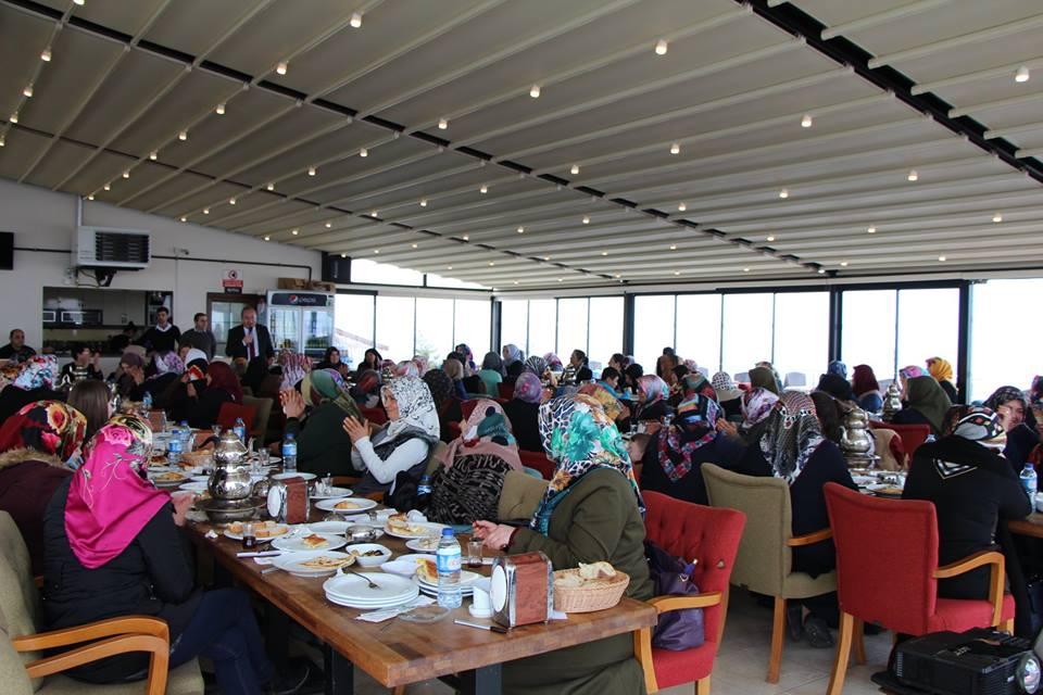 Sungurlu Belediye Başkanı Abdulkadir Şahiner,kahvaltı buluşmalarında bu hafta Yenihayat mahallesinde ikamet eden bayanlarla bir araya geldi. Yenihayat mahallesinde ikamet eden bayanların yoğun katılımıyla gerçekleşen kahvaltı programı sohbet havasında geçti. | Sungurlu Haber
