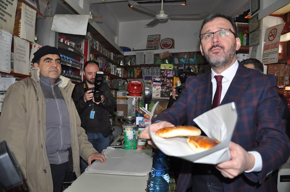 Bir dizi ziyaret ve incelemelerde bulunmak üzere Çorum'a gelen Gençlik ve Spor Bakanı Dr. Mehmet Muharrem Kasapoğlu, Sungurlu'da esnaf ziyareti gerçekleştirdi. | Sungurlu Haber