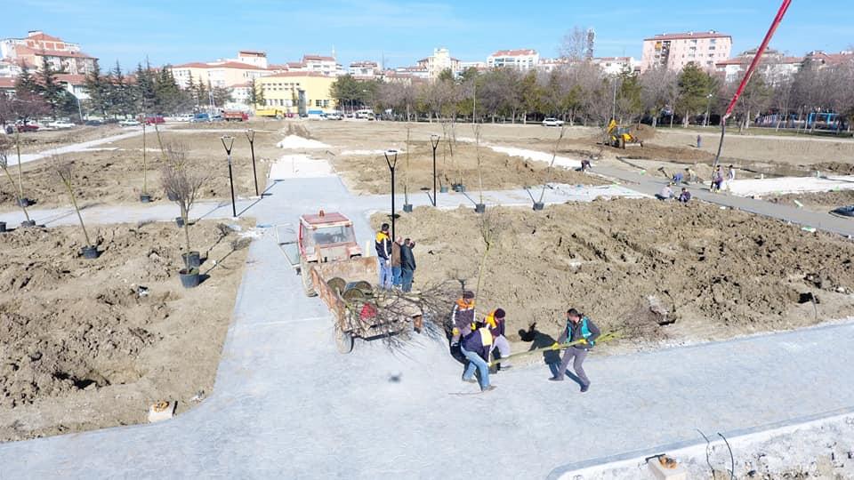 Eski stadyumun bulunduğu alanı ve eski şehir parkıyla stadyumun arasında kalan yolu içine alacak şekilde 16 bin 703 metrekarelik bir alana yapılacak olan kent parkı yetiştirmek için ekipler, gece gündüz hummalı bir şekilde çalışıyor. | Sungurlu Haber