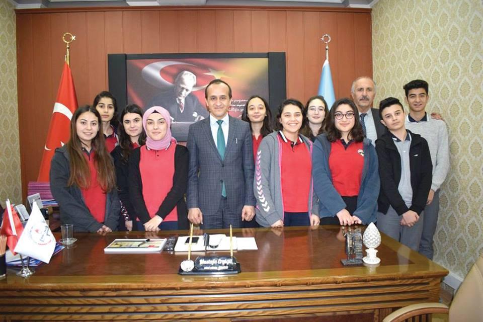 Fen Lisesi Müdürü Ahmet Yandım ile birlikte Fen Lisesi tiyatro ekibi İlçe Milli Eğitim Müdürü Mustafa Eryiğit' i makamında ziyaret ederek katıldıkları Tiyatro yarışması ile ilgili bilgi verdiler. | Sungurlu Haber
