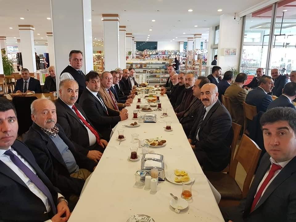 Şahiner, eski ve yeni dönem meclis üyeleri, seçim komitesi ve partililerle bir araya geldi | Sungurlu Haber