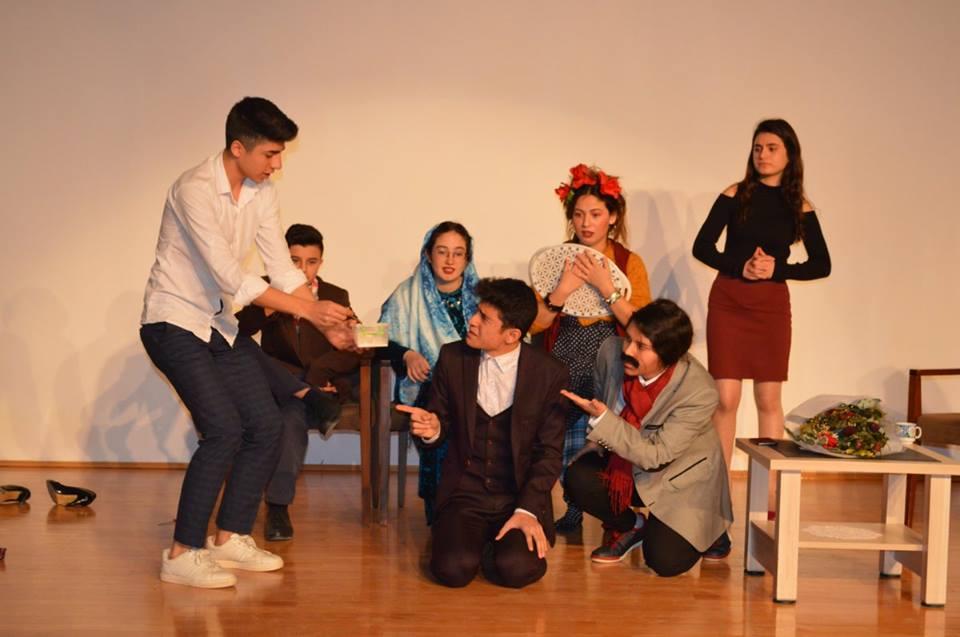 Gençlik Merkezleri arası yarışmalardan birisi olan Tiyatro yarışmasına Sungurlu Gençlik Merkezi olarak iki Tiyatro ekibiyle iştirak etti. Çorum Buhara Kültür Merkezinde birbirinden güzel Tiyatro gösterimleri eşliğinde kıyasıya rekabetle geçen yarışma renkli kareler ortaya çıkarken, Sungurlu ekiplerimizden bir tanesinin az farkla 2. diğer gurubumuzun 4. olmasıyla neticelendi. | Sungurlu Haber