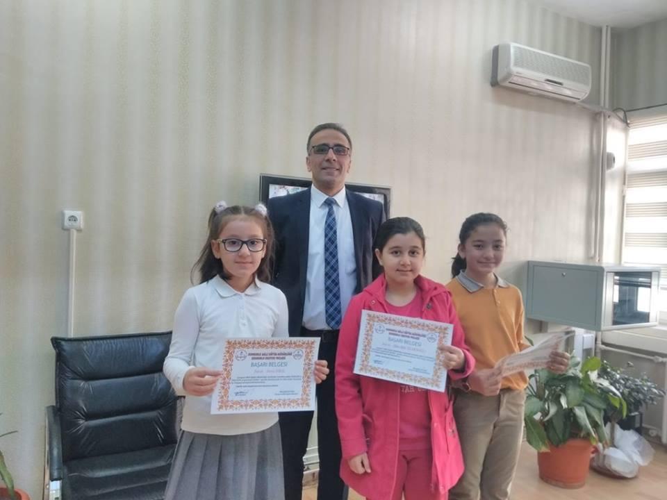 Sungurlu Okuyor Projesi kapsamında ilçe merkezi ve köylerimizdeki tüm okullarında Şubat ayında en çok kitap okuyan öğrenciler ödüllendirildi. | Sungurlu Haber