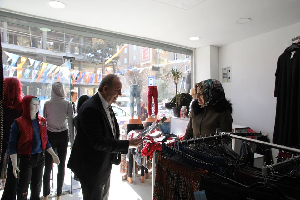 8 Mart Dünya Kadınlar Günü münasebetiyle Sungurlu Belediyesi Başkanı Abdulkadir Şahiner ilçemiz bayanlarına karanfil hediye ederek günlerini tebrik etti. | Sungurlu Haber
