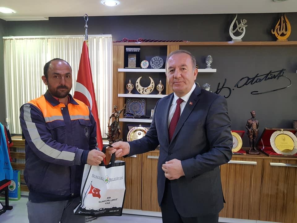Sungurlu Belediye Başkanı Abdulkadir Şahiner Kentpark'ın yetiştirilmesinde emeği olan personelini ödüllendirdi. | Sungurlu Haber